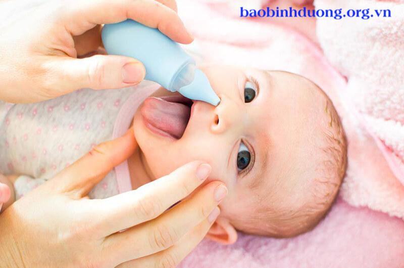 Rửa mũi cho trẻ bằng nước muối sinh lý
