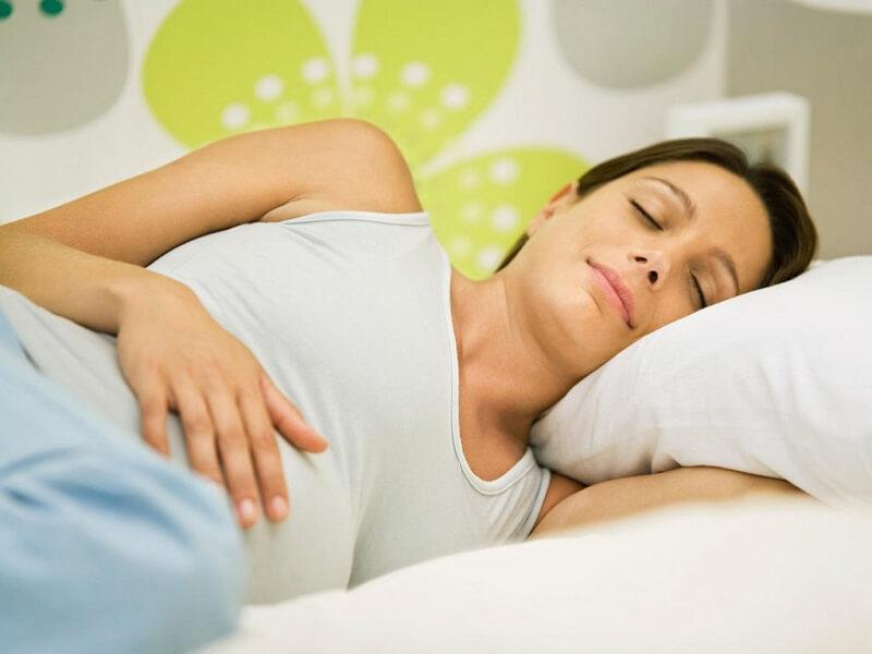 mẹ bầu nằm nghiêng hẳn sang bên trái sẽ giúp ngủ ngon hơn