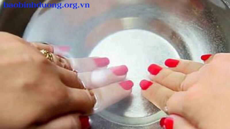Ngâm tay vào nước muối ấm là cách trị tróc da tay hiệu quả