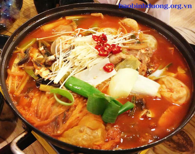 Bắt đầu làm súp kim chi Hàn Quốc