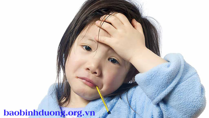 Trẻ mắc bệnh thường bị sốt, mệt mỏi, đau cơ