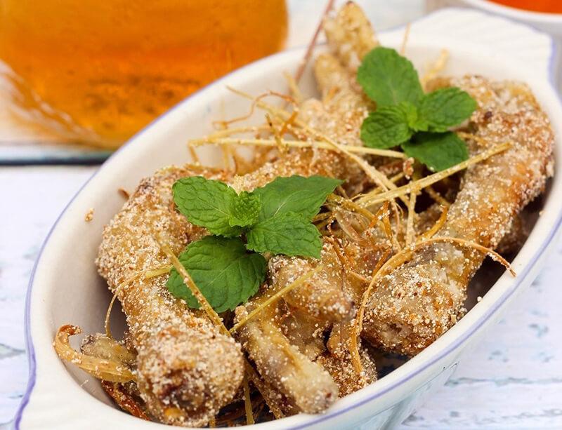 Chân gà rang muối là món ăn vặt quen thuộc của giới trẻ