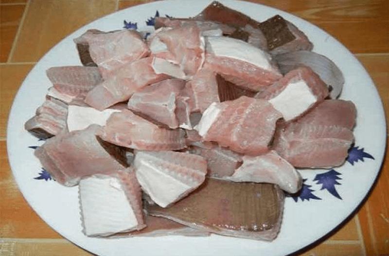 Cá đuối nên được cắt thành từng khúc vừa ăn